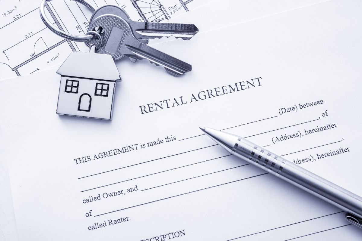 Rental Agreement with pen and keys